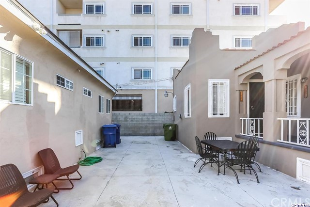 1037 1039 S Kenmore Avenue, Los Angeles CA: http://media.crmls.org/medias/816482a4-9d02-4bab-8003-eb00176d06e7.jpg