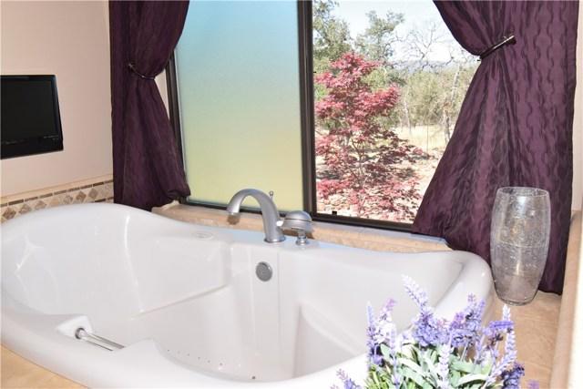 21126 Yankee Valley Road, Hidden Valley Lake CA: http://media.crmls.org/medias/8371c5f7-d95b-46ff-94d2-0703533e8746.jpg