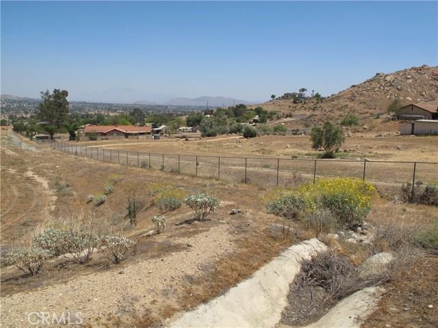 11275 Eagle Rock Road, Moreno Valley CA: http://media.crmls.org/medias/87f49c63-62ac-4d42-b3ce-441278e71668.jpg