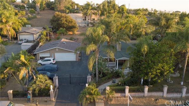 1625 Gum Tree Lane, Fallbrook CA: http://media.crmls.org/medias/8f96e916-a12c-4a2d-969e-9335a00f17e3.jpg