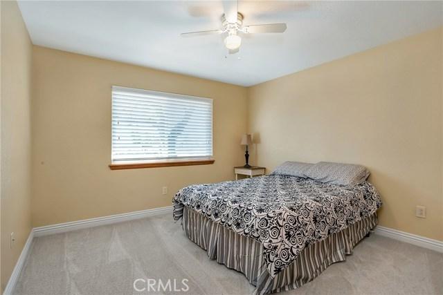 10832 Anaconda Avenue, Oak Hills CA: http://media.crmls.org/medias/93fa2d61-b22a-492a-933a-d95e9c40bc4b.jpg