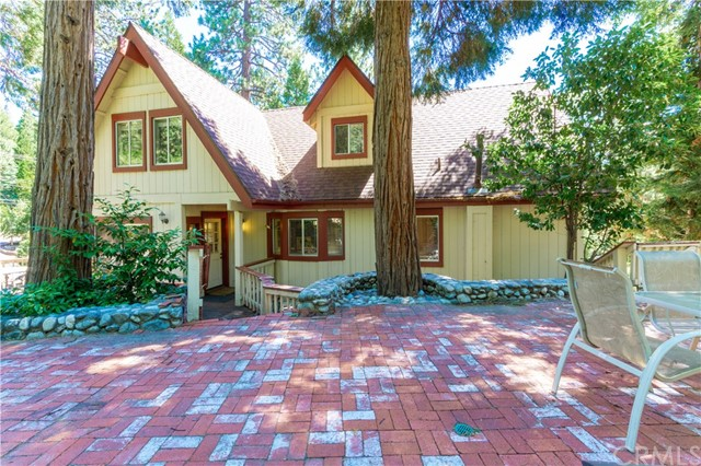 396 Birchwood Drive, Lake Arrowhead CA: http://media.crmls.org/medias/98213f99-217b-479b-8e92-15f737a7238d.jpg