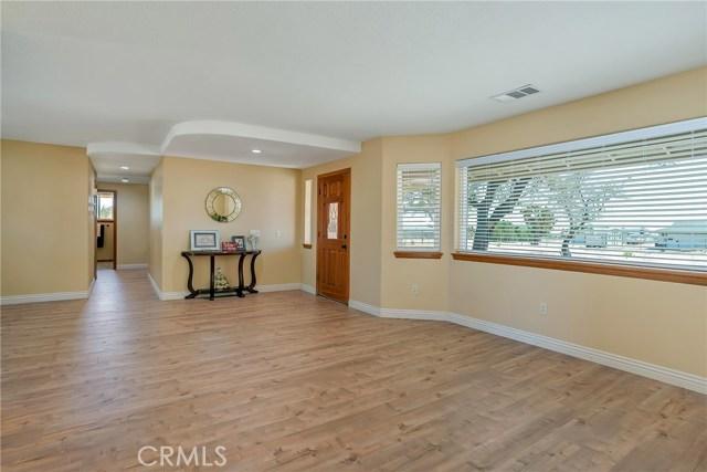 10832 Anaconda Avenue, Oak Hills CA: http://media.crmls.org/medias/a0c468e8-9983-467e-8986-fb8ae2f9fd2d.jpg
