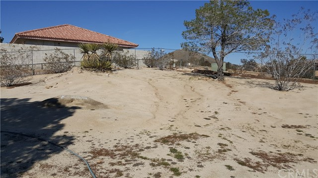 16341 Tude Road, Apple Valley CA: http://media.crmls.org/medias/a117be1b-f323-479a-8346-2e7325b351dc.jpg
