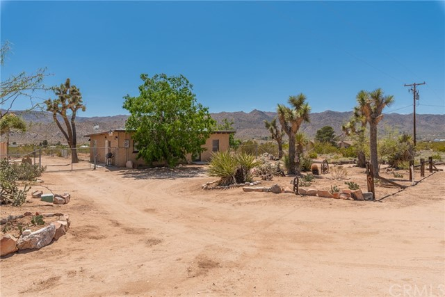 63449 Rocking Chair Road, Joshua Tree CA: http://media.crmls.org/medias/a5475c02-adc4-4e3f-b1c1-7db71cd44acc.jpg
