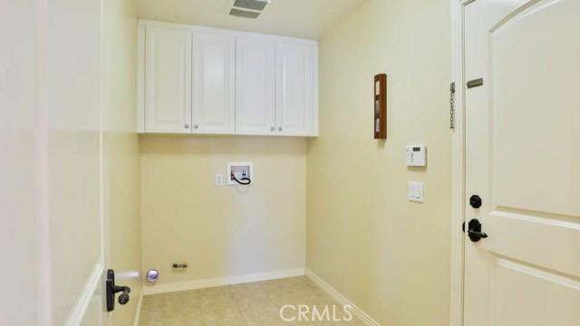位于 Stonetree 在伍德伯里的心,这惊人计划 3,超然的公寓,坐落在公园的对面室内角落位置。这个家提供 4 间卧室和 3 1/2 浴室,一间卧室,一间独立的浴室,加上和一个粉房间在楼下。令人惊叹的木地板装饰的客厅和饭厅。在整个新的内墙涂料。在宽敞的客厅里,可以发现冠成型、 隐藏式的照明和内建娱乐中心和舒适的壁炉。