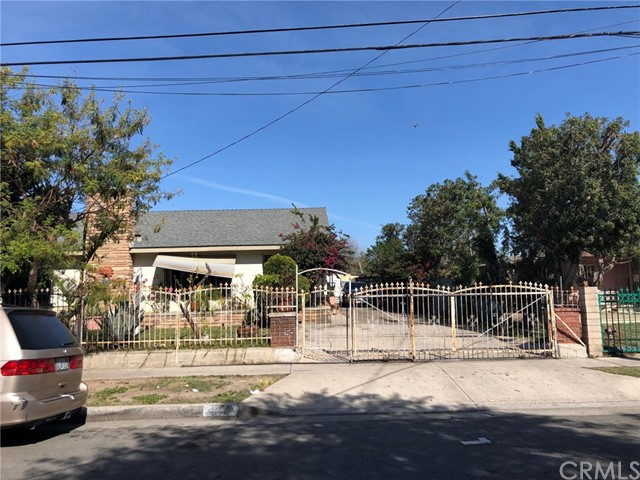 1009 N Bewley Street, Santa Ana CA: http://media.crmls.org/medias/b581d81a-e5e7-4e42-aeb3-c3f213f34bbb.jpg