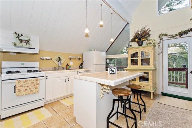 875 Brentwood Drive, Lake Arrowhead CA: http://media.crmls.org/medias/b86ec511-8884-4f2b-8ee9-b3c2291528d9.jpg