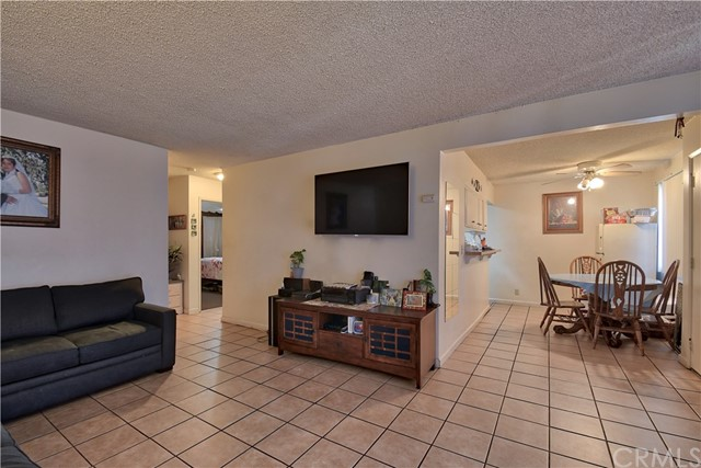 2077 Wallace Avenue, Costa Mesa CA: http://media.crmls.org/medias/baf9f785-89a3-48d5-99cb-ae18dd5ee949.jpg