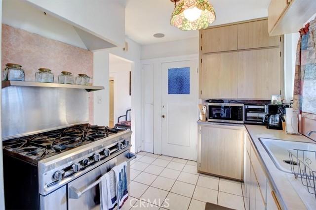 607 Royce Street, Altadena CA: http://media.crmls.org/medias/bb096876-79b0-44fb-b117-479ee9edb872.jpg