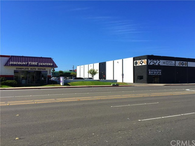 Retail for Sale at 7582 Warner St Huntington Beach, California 92647 United States