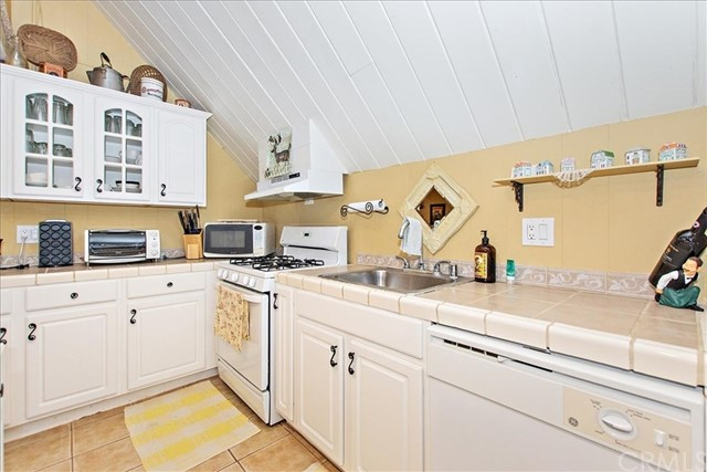875 Brentwood Drive, Lake Arrowhead CA: http://media.crmls.org/medias/cb0c09bf-273b-41ce-b83c-6efd222bd339.jpg