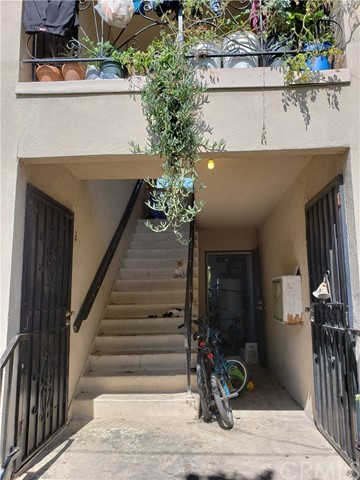 702 E 42nd Street, Los Angeles CA: http://media.crmls.org/medias/cb56c5f3-3047-49ef-82da-3d0be11b906c.jpg