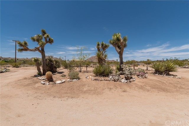 63449 Rocking Chair Road, Joshua Tree CA: http://media.crmls.org/medias/d11500da-2321-40a3-a169-6b7a338d3b62.jpg