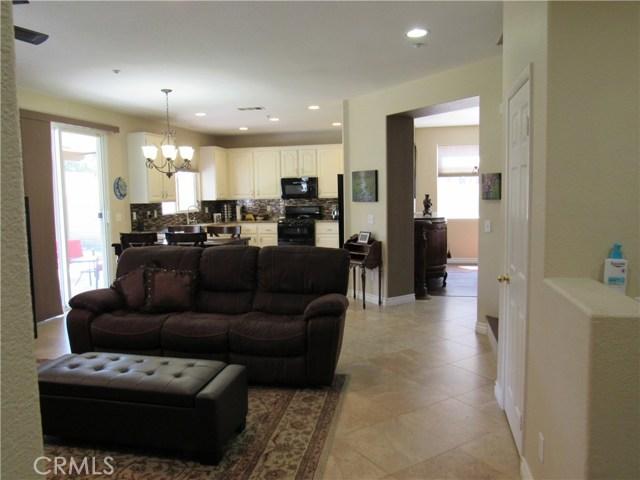 6975 Garden Rose Street, Fontana CA: http://media.crmls.org/medias/d3993a1c-8406-4ce7-b1b0-5944fd2ef137.jpg