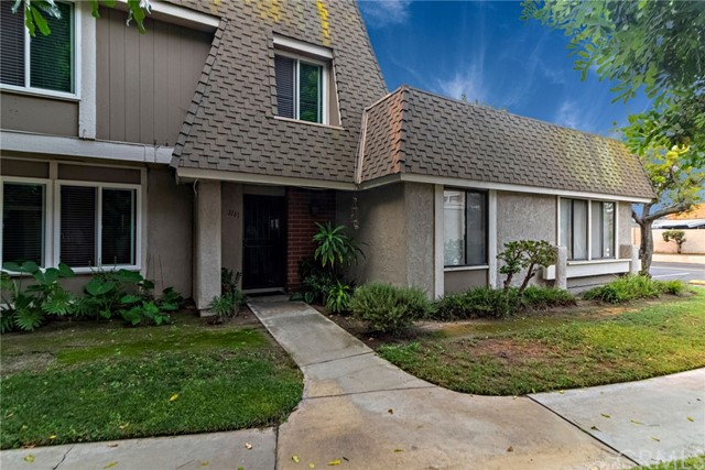 2161 W Wellington Circle, Anaheim CA: http://media.crmls.org/medias/d9e7287c-2ae4-4259-ae55-bbce6a084a2a.jpg