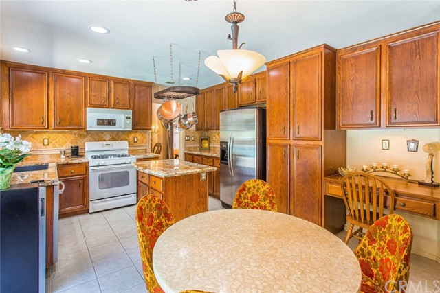 1555 Lakeview Street, Beaumont CA: http://media.crmls.org/medias/da9a9bfc-31d8-4fc3-b71a-428bc7f8a98b.jpg