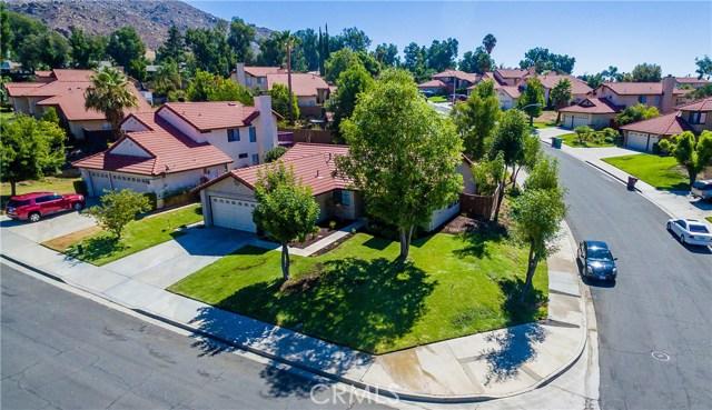 24725 Thornberry Circle, Moreno Valley CA: http://media.crmls.org/medias/e105f6fe-383e-4e11-b6e7-6ed4180e91ac.jpg