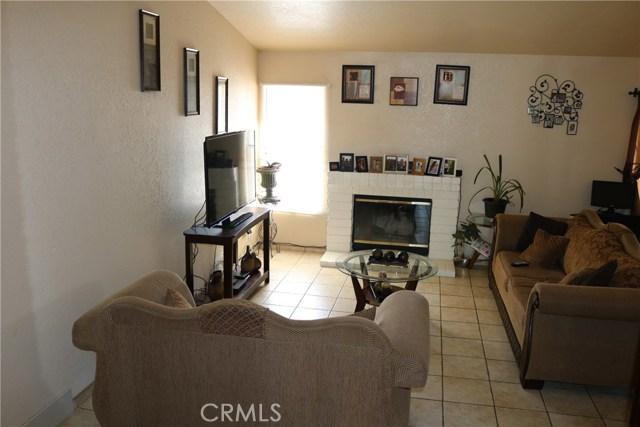 10695 Moorfield Street, Adelanto CA: http://media.crmls.org/medias/e219f4b6-4d9c-416b-85c2-adf324a23c9d.jpg