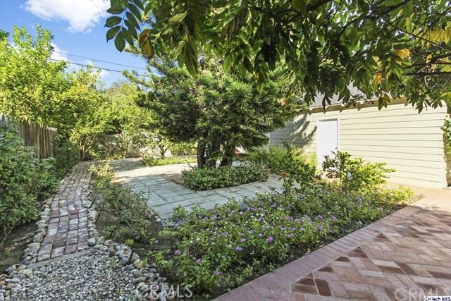 11753 Riverside Drive, Valley Village CA: http://media.crmls.org/medias/e49351db-ece7-4f41-a7ae-c96d12b79a49.jpg