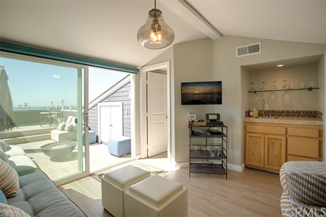2400 W Oceanfront, Newport Beach CA: http://media.crmls.org/medias/e4a750bb-cf8e-4b9d-904a-ec26a650b4c5.jpg