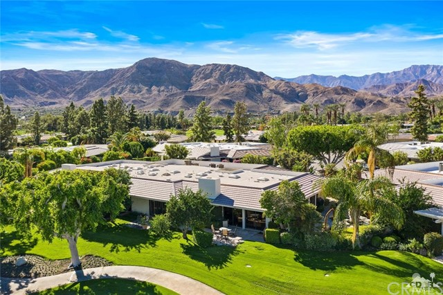 4 Exeter Court, Rancho Mirage CA: http://media.crmls.org/medias/e8b8c6d4-89e1-4a63-91d3-443313d80237.jpg