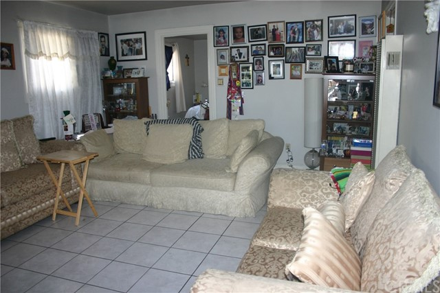 11226 California Avenue, Lynwood CA: http://media.crmls.org/medias/efabd6c7-5e9d-420c-88c6-2df45bff6a5b.jpg