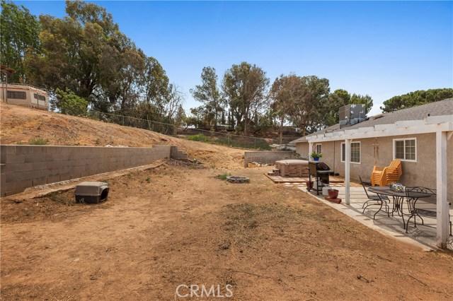 1477 Hilltop Lane, Norco CA: http://media.crmls.org/medias/f2903014-b841-4264-8341-dc43dba139ba.jpg