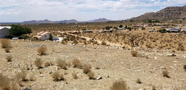 25065 Little Teepee Road, Apple Valley CA: http://media.crmls.org/medias/f34de88d-0992-41ac-89e5-80eb3ca494ba.jpg