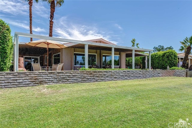 73450 Country Club Drive, Palm Desert CA: http://media.crmls.org/medias/f3731cf3-cf6b-4edc-b8f1-8b9453773aa8.jpg