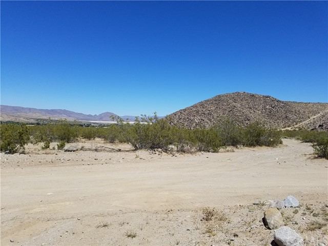 Additional photo for property listing at 9001 E Carson Street  Lucerne Valley, 加利福尼亚州 92356 美国