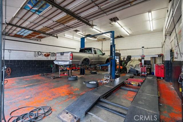 290 W Holt Avenue, Pomona CA: http://media.crmls.org/medias/fcf4bf30-67b2-4958-a927-e3ce1ccdfcdf.jpg
