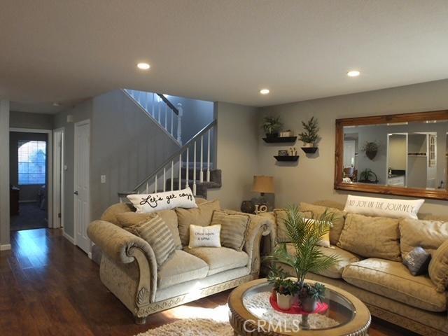 41428 Sandalwood Place, Lancaster CA: http://media.crmls.org/mediascn/06b09c57-e74a-460d-836c-68d48fb291f3.jpg