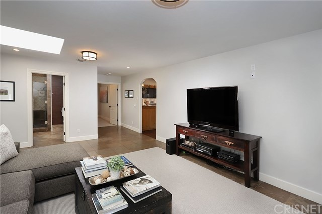 23404 Hatteras Street, Woodland Hills CA: http://media.crmls.org/mediascn/0ded1d39-5634-4708-acb7-05902a53f438.jpg