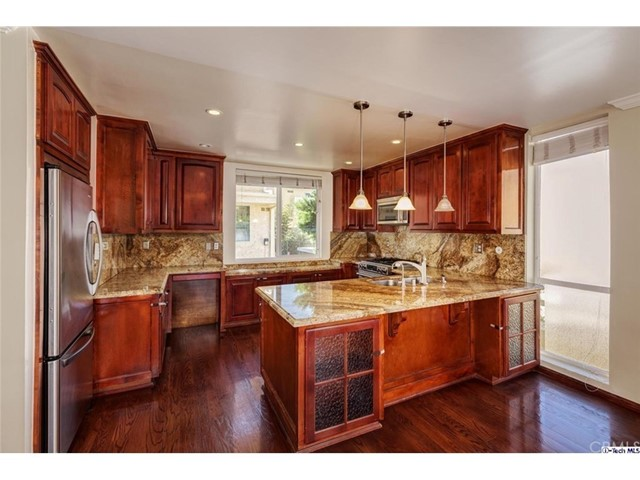 5441 Yarmouth Avenue, Encino CA: http://media.crmls.org/mediascn/0e9656ff-194d-495c-a81b-bcbbd1de610f.jpg