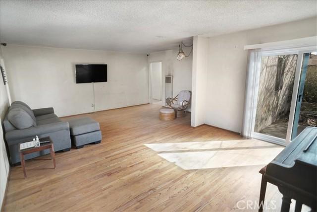 10930 Lull Street, Sun Valley CA: http://media.crmls.org/mediascn/12d0165c-1526-4df8-a42a-44062722ec6a.jpg