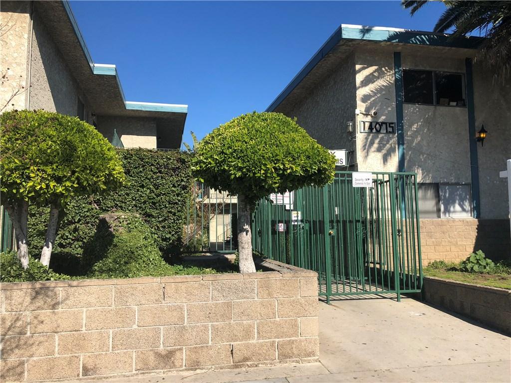 14075 Foothill Boulevard, Sylmar CA: http://media.crmls.org/mediascn/14b08ddf-7ea0-4d53-a403-8b2a8dca8194.jpg