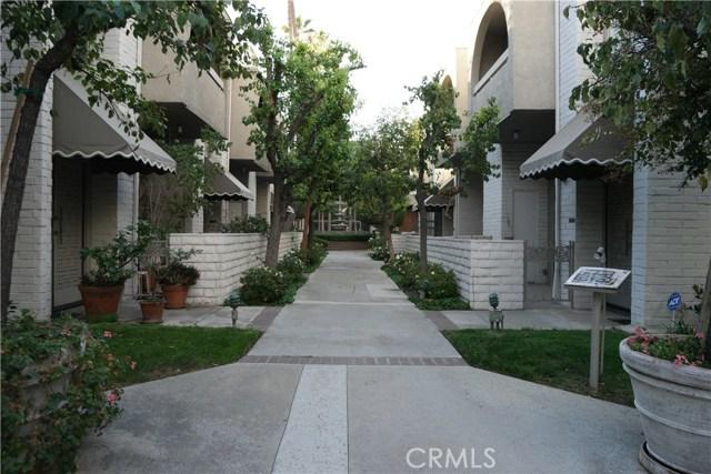5325 White Oak Avenue, Encino CA: http://media.crmls.org/mediascn/1fe8946a-5b95-4f94-96a8-e85976ec3b74.jpg