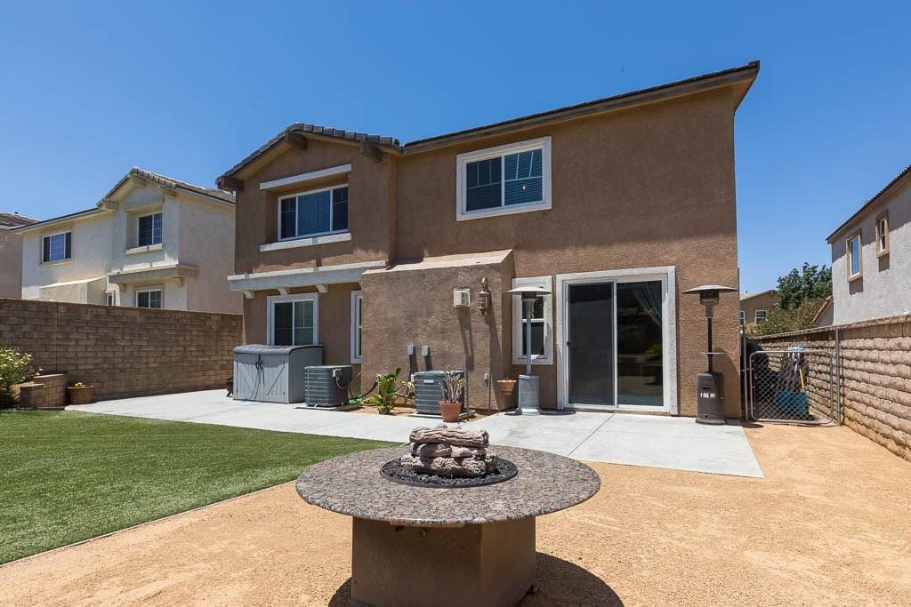 37512 Lemonwood Drive, Palmdale CA: http://media.crmls.org/mediascn/20e97dbe-cfbf-4c22-8a4a-4aa8a89de207.jpg