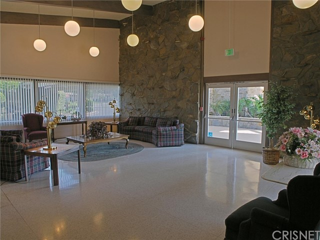 19301 Oak Crossing Road, Newhall CA: http://media.crmls.org/mediascn/2b2a2fb6-3656-4a33-845e-107877587d5c.jpg
