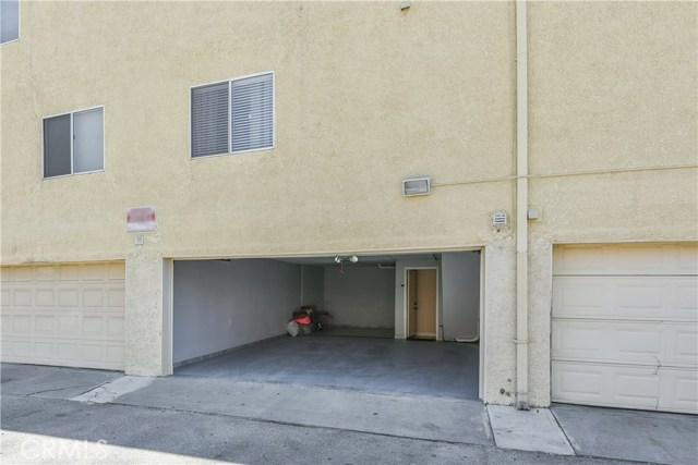 7045 Woodley Avenue, Lake Balboa CA: http://media.crmls.org/mediascn/2f58cbc0-2f26-4960-9586-1337b2061505.jpg