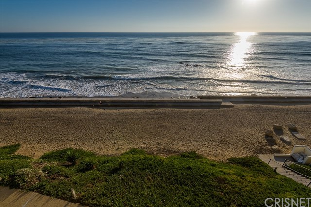 11874 Beach Club Way, Malibu CA: http://media.crmls.org/mediascn/311e9894-d366-449b-8dec-a48512d4c74b.jpg