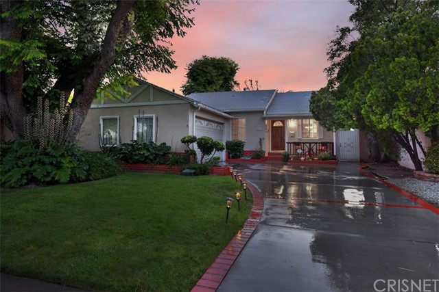 5825 Lemona Avenue, Sherman Oaks CA: http://media.crmls.org/mediascn/34c334d4-4db1-4098-9bd1-dfb248739090.jpg