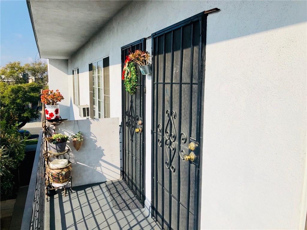 1138 N Berendo Street, Los Angeles CA: http://media.crmls.org/mediascn/34e77b4a-7e98-45d7-8fb7-41e41d007040.jpg