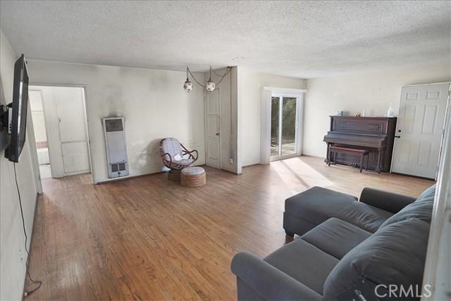 10930 Lull Street, Sun Valley CA: http://media.crmls.org/mediascn/34edbb04-328e-4b3d-9c7b-45760126b13f.jpg