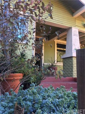 1253 N Orange Grove Avenue, West Hollywood CA: http://media.crmls.org/mediascn/385edcfc-8743-404c-ba4c-f1da89beeb7d.jpg