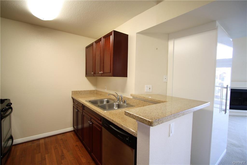 5545 Canoga Avenue, Woodland Hills CA: http://media.crmls.org/mediascn/3982a293-8281-437c-b9f1-473d199326b7.jpg
