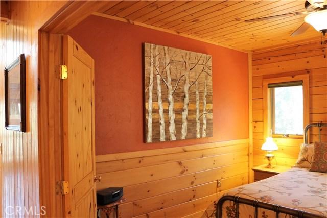 15817 Edgewood Way, Pine Mtn Club CA: http://media.crmls.org/mediascn/3d5c9cc0-be3d-40fc-9b40-fa34d34f6826.jpg
