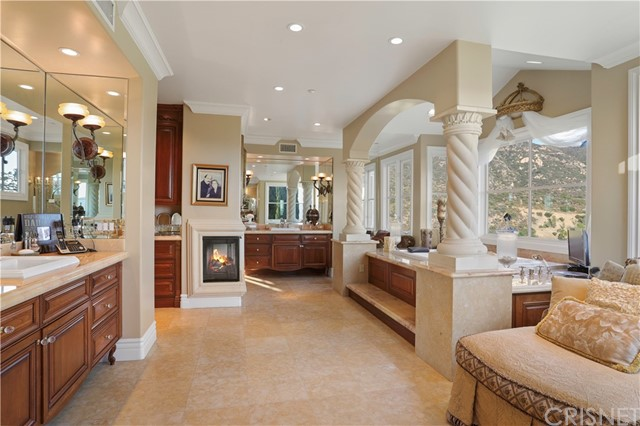 2737 Beacontree Lane, Calabasas CA: http://media.crmls.org/mediascn/43e759d3-fec7-4497-ae9a-5c5be715465c.jpg