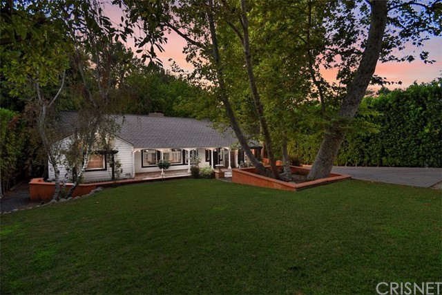 15531 Del Gado Drive, Sherman Oaks CA: http://media.crmls.org/mediascn/49c49ce4-770d-4469-b4a1-46779160b793.jpg